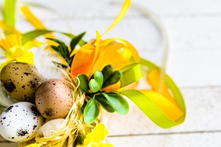 부활절 달걀과 봄 나무 테이블에 부활절 배경