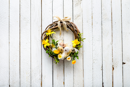 봄 화환, 계란 및 꽃 부활절 배경 스톡 콘텐츠