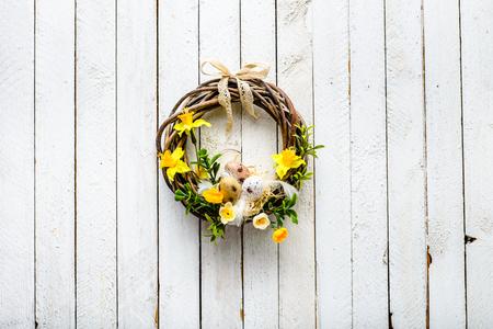 De lentekroon, Pasen-achtergrond met eieren en bloemen Stockfoto