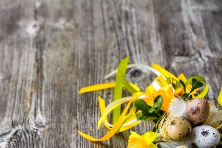 봄 부활절 달걀과 꽃 나무 테이블에 부활절 배경