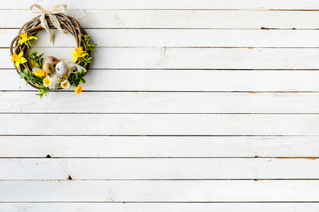 Easter background with spring wreath hanging on door Imagens - 94507186