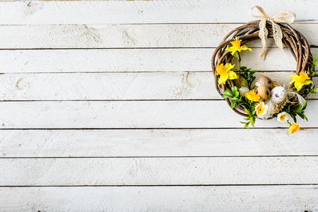 Easter background with spring wreath hanging on door Stok Fotoğraf - 94506728