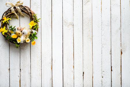 Easter background with spring wreath hanging on door Stok Fotoğraf - 94851024