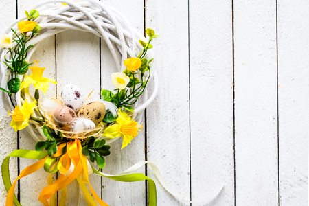 Easter background with spring wreath hanging on door Stok Fotoğraf - 94851025