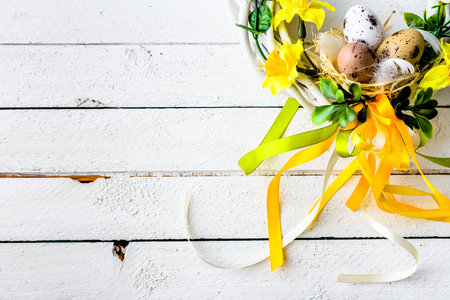 Easter background with spring easter eggs and flowers, wreath on door Stok Fotoğraf - 95110325