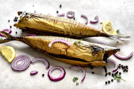 Caballa, pescado ahumado con grasas omega 3, comida de bar en la mesa