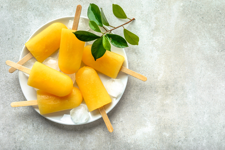 Natural juicy orange popsicles. Refreshing ice pops, overhead, flat lay Stock fotó - 98230001
