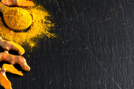 Fresh root and turmeric powder, indian spice, healthy seasoning ingredient for vegan cuisine Foto de archivo