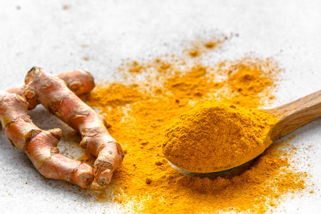 Fresh root and turmeric powder, indian spice, healthy seasoning ingredient for vegan cuisine Banco de Imagens