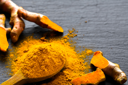 Fresh root and turmeric powder, indian spice, healthy seasoning ingredient for vegan cuisine Archivio Fotografico