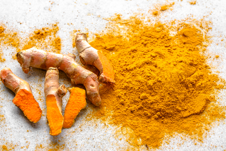 Fresh root and turmeric powder, indian spice, healthy seasoning ingredient for vegan cuisine Stockfoto