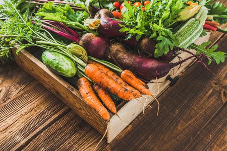 Hortalizas frescas, productos orgánicos en el mercado de agricultores. Verduras en el cuadro de mesa de madera.