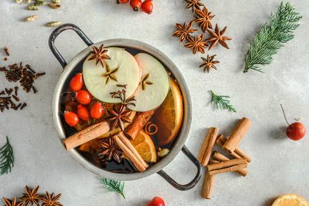 Vino caliente - bebida caliente, concepto de cocina navideña Foto de archivo
