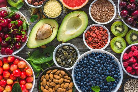 Selezione di cibi sani, noci, frutta e assortimento di supercibi, vista dall'alto