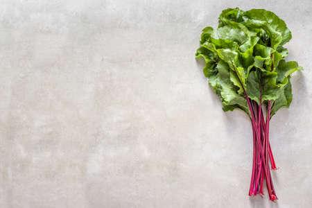 Hojas de remolacha verde o acelgas. Hojas de hortalizas frescas de granja, vista superior