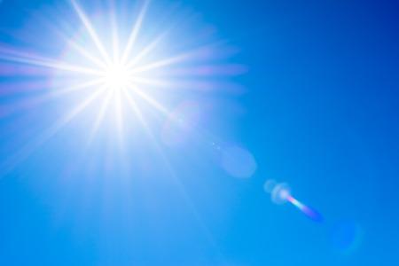 Cielo azul y sol con destellos. Foto de archivo