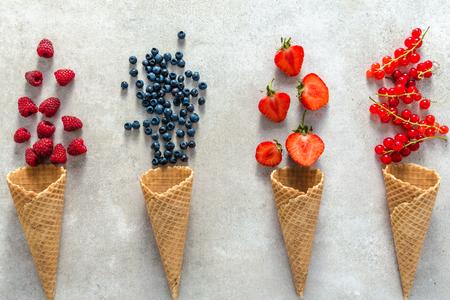 Ice cream cones with fruit, flat lay, top view Foto de archivo - 115846800