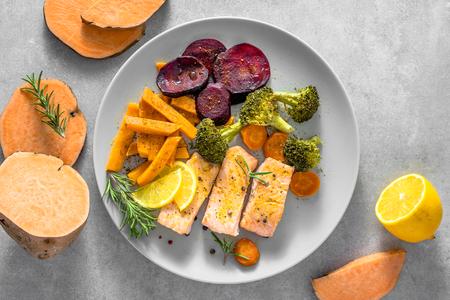 Piatto dietetico con salmone alla griglia e verdure al forno Archivio Fotografico