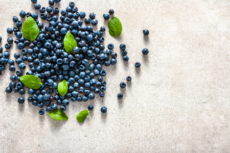 Fresh blueberry with leaves, top view flat lay 免版税图像
