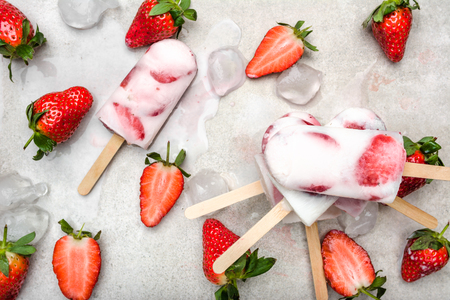 Homemade popsicles with strawberries, ice cream with milk and frozen fruits Banque d'images - 120320630