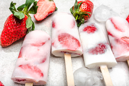 Fresh strawberry popsicles. Juicy homemade ice cream with fruit, food for refreshment, dessert snack for summer. Banque d'images - 121619949