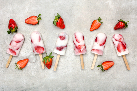 Homemade fruit popsicles with strawberries, ice lollies on sticks, top view, flat lay Banque d'images - 122552373
