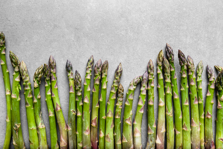 Świeże produkty rolne - zielone szparagi, widok z góry