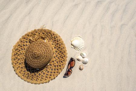 Holiday sun hat. Beach accessories on sand - summer background Zdjęcie Seryjne - 122552419