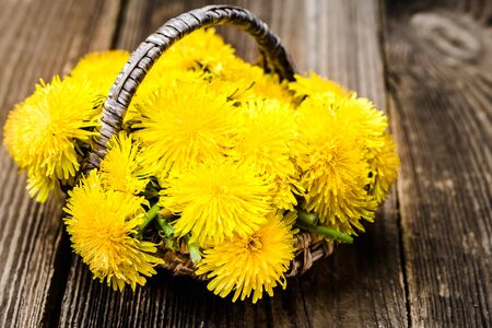 Bouquet of dandelion flowers, yellow wildflowers on wooden background Banco de Imagens - 124574516