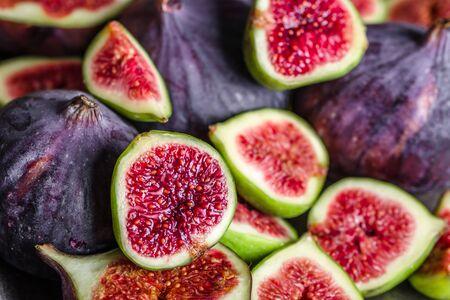 Frutti di fichi freschi. Fette di fichi rossi succosi, sfondo.
