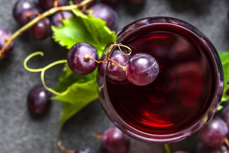 Fresh grapes and glass of red wine, top view Stockfoto