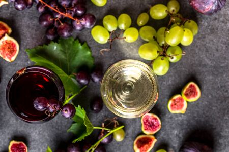 Fresh fruit and wine glasses with different wines: red and white Stockfoto