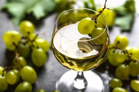 White wine glass and fresh grapes Banco de Imagens