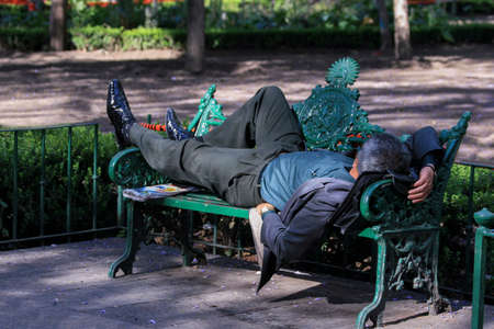 The man who sleeps at noon on a bench in the park