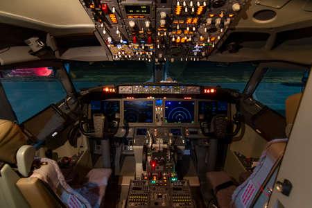 Una vista della cabina di pilotaggio di un grande aereo commerciale una cabina di pilotaggio. Vista della cabina di pilotaggio di un aereo commerciale Cruising Pannello di controllo in una cabina di pilotaggio aereo.