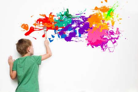 bambini: bambino dotato disegno un quadro astratto con schizzi colorati Archivio Fotografico