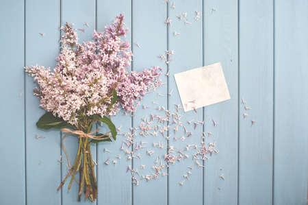 flor morada: Ramo del verano de lila en flor suave y tarjeta en blanco