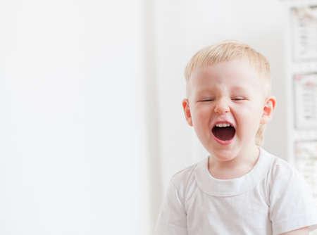 Niño está gritando en voz alta en su casa Foto de archivo - 45360172