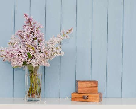 Dos cajas de madera vintage y ramo de lilas en la mesa Foto de archivo - 45360079