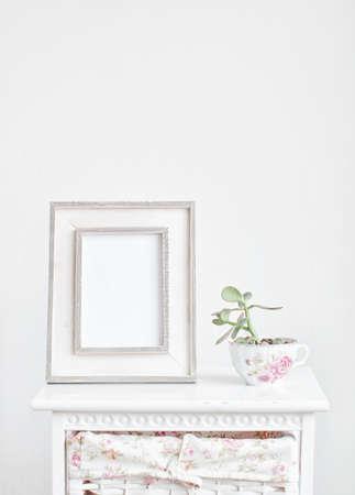 Decoración del hogar, marco de imagen y la planta en la mesilla de noche Foto de archivo - 45359930