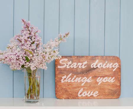 inspiracion: Cartel de la vendimia con palabras inspiradoras y rom�ntica mont�n suave de la lila en la mesa
