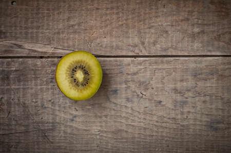 kiwi fruta: la mitad de kiwi en mesa de madera r�stica vintzge