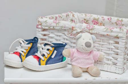 Kleine kleurrijke sneakers aan het bed