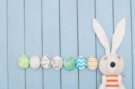 decorated eggs: Easter bunny with decorated eggs on blue background
