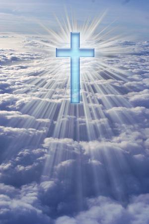 Una cruz en el cielo rodeado de rayos de luz. Foto de archivo - 27576595