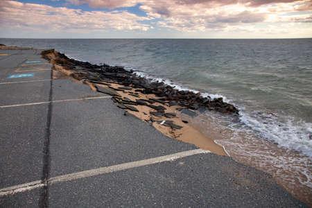 駐車場は、海 - 気候変動による海面上昇の証拠に飲み込まれています。