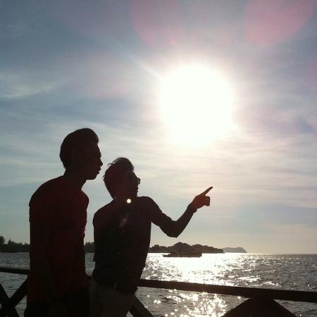 guia turistico: A sillhoute de un gu�a tur�stico en un d�a soleado