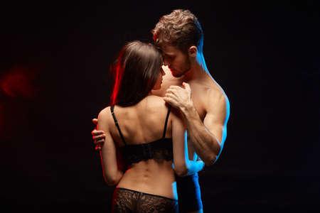 impresionante hombre y mujer que tienen una relación sana. cerca de la foto. fondo negro aislado Foto de archivo