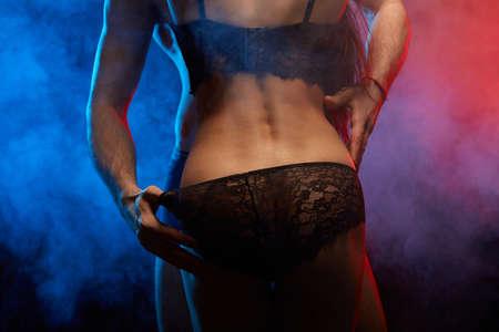 Mann, der seine Liebhaber beim Sex unterhosen hält. Nahaufnahme ausgeschnittenes Foto
