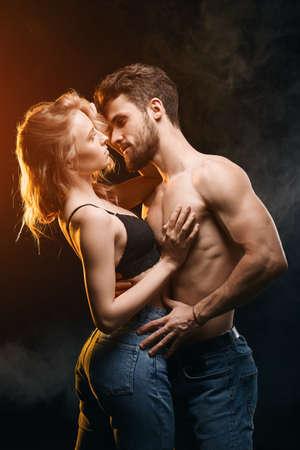 giovane uomo fantastico vuole avere con una ragazza bionda, hotness, ritratto di vista laterale da vicino.